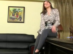 Секс  агент прессует на диване фигуристую брюнетку.