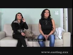 Две  румынские красотки зажигают с агентом на диване.