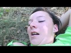 Старый  жирный хрыч жестко трахает на лужайке беспомощную девочку.