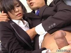 Сексуальная  секретарша Сатоми Маено сосет уродливый  кутак