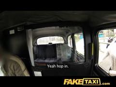 Секс  в такси с пышечкой.