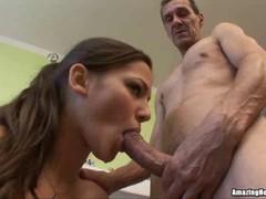 Хорошенькую  брюнетку на диване трахает дед и дает ей в рот