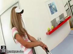 Стройненькую  девочку поц отодрал в зад после игры в тенис