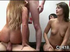 Страстные  сексуальные студенточки устроили в комнате общаге бурную оргию.