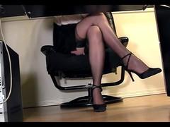 Длинноногая  секретарша под столом мастурбирует со своей киской