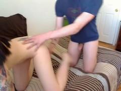 Сексуальная  девочка трахается на кровати