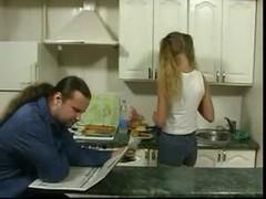 Дочь  соблазняет  старика на Кухне