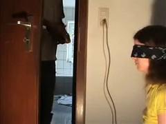 С  завязанными глазами, девочка так и не поняла , что за конфетку ей дали пососать.