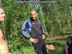 Секс  с двумя студентками на лужайке.