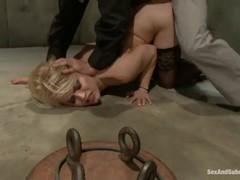 Голая  белокурая девка в черных чулках страдает в лапах секс маньяка.