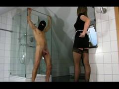 В  ванной голому кренделю домработница в ченых чулочках и коротком платье оторвала член руками.