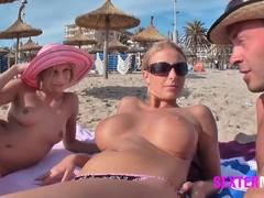 На  пляже валяются голыет телки, заскучали, сняли жмура и трахнулись в парке.