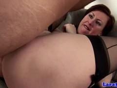 Дамочка с черных чулках низко наклонилась и трахнулась с парнем на диване.