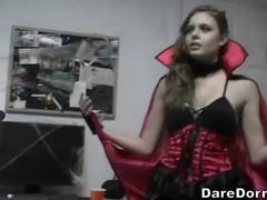 В карнавальных костюмах девочки на квартире резвятся с мальчиками.