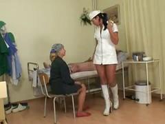 Дед  в больничке зарядил медсестре.