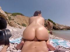 С натуральной грудью Валентина Наппи трахается с парнем на берегу океана.