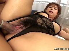Японскую  мамашку в черном боди поц трахает на кровати.