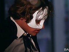 Демон в на карнавале по тихому насовал в рот страстной брюнетке в маске.
