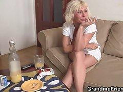 Озабоченная бабуля в телесных чулках с мальчиками по вызосу трахается на диване .