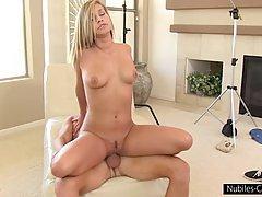 Блондиночка сосзрела, можно и в порно податся.