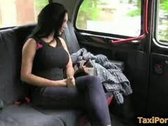 Брюнетку  с большими сиськами трахает таксист.