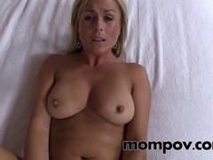 Зрелая  сексуальная блондинка  насытившись спермой раздвинула ножки.