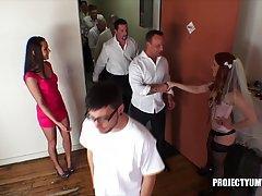 Рыжая стерва Дани Дженсен удовлетворила толпу мужиков. Рабочий момент сьемок порнушки.