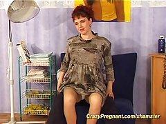 Бурный секс в кресле с беременной телкой.