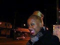 Черную девку мужики сняли на улице и качественно дрюкнули на улице.