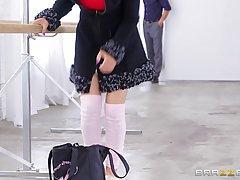 В танцевальном зале у станка перц в разных позах траханул страстную блондинку и обильно кончил ей на лицо.