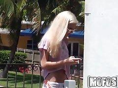 Худенькая блондинка согласилась потрахатся за деньги.