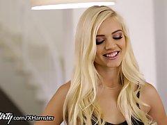 Алекс Гри - милый, блондинка малыш, которому нравится сосать член и трахаться на диване