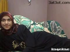 Арабская  девушка мастурбирует на веб-камеру.