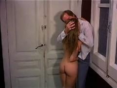 Две  милашки с парнем плещутся в ванной.