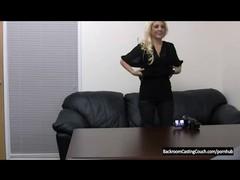 Наивную  блондинку агент пользует на столе.