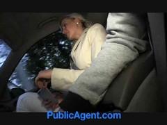 Блондинка  всосала перцу в машине.